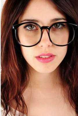 Las gafas vintage se caracterizan por tener una montura gruesa y ser de color oscuro. En cuanto a los lentes de sol, los diseños más comunes son los de