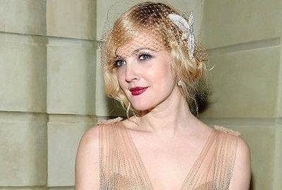 Artistas como Julia Roberts, Drew Barrymore o Winona Ryder nos demuestran que la ropa y accesorios vintage las hacen lucir ultrafemeninas.