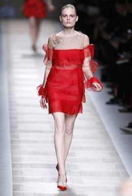 Vestido rojo y chaqueta de cuero negra
