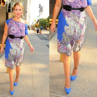 Vestido morado con zapatos azules