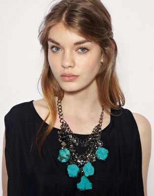 Si te decides por llevar un collar con piedras grandes debes aceptar que es lo suficientemente llamativo como para que el resto de tus accesorios sean más