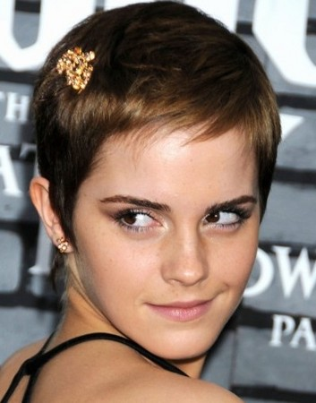 El corte de Emma Watson parece ser demasiado corto, pero mira cómo cambia su look con un delicado broche dorado