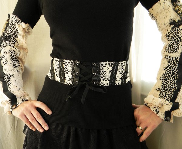 Correa con bordados estilo góticos