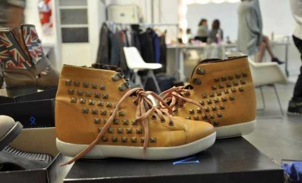 Zapatillas color camello con tachas